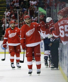 Detroit Red Wings centre Frans Nielsen is congratulated by teammates after scoring against the Washington Capitals on Feb. 18, 2017. (CARLOS OSORIO/AP)