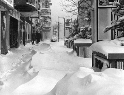 The Blizzard of 1971 lasted for six days and covered sidewalks on Dundas Street in thick snow drifts. (London Free Press files)