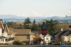 Suburban street and view of mountains, Victoria, British Columbia. (Image Source, Getty Images)