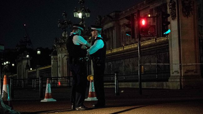Police officers stand guard at a police cordon next to Buckingham Palace following an incident where a man armed with a knife was arrested outside the palace following a disturbance in London on Aug. 26, 2017. (CHRIS J. RATCLIFFE/AFP/Getty Images)