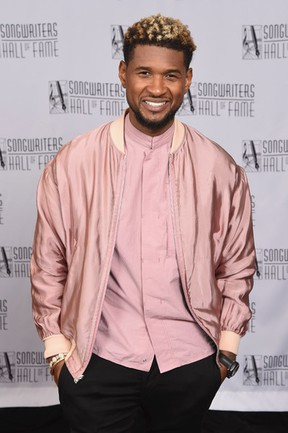Usher poses backstage at the Songwriters Hall Of Fame 48th Annual Induction and Awards at New York Marriott Marquis Hotel on June 15, 2017 in New York City. (Photo by Gary Gershoff/Getty Images for Songwriters Hall Of Fame)