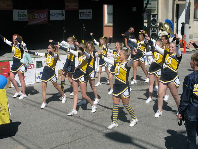 Delhi District Secondary School cheerleaders take part in the Delhi Fall Fest parade Saturday. (Susan Gamble/Postmedia Network)