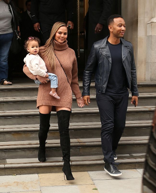 Chrissy Teigen and John Legend enjoy a dinner date together at Corinthia Hotel in Fitzrovia with their daughter Luna in London, England, on Wednesday, Sept. 13, 2017. (WENN.com)