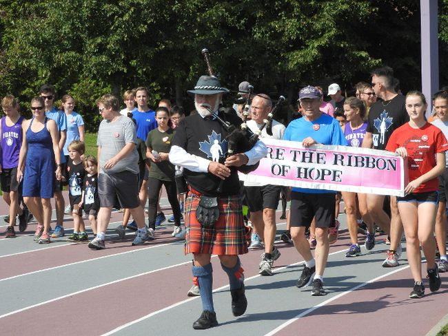 Led by piper Stewart Nimmo, Brockville participants set off on the 37th Terry Fox Run. (WAYNE LOWRIE/The Recorder and Times)