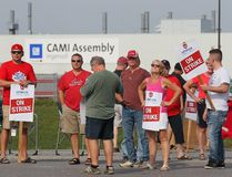 Employees of the GM Cami assembly factory stand on the picket line in Ingersoll, Ont., on Monday, Sept. 18, 2017. (DAVE CHIDLEY, The Canadian Press)