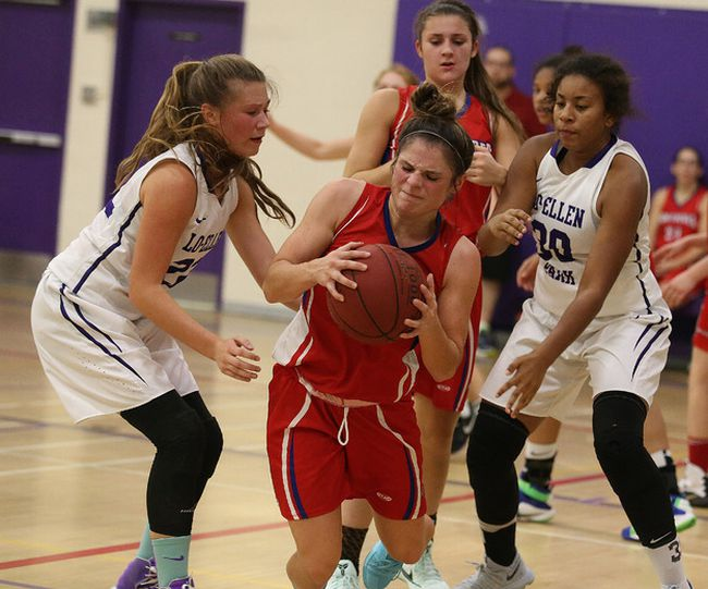 Senior girls basketball action between the  Macdonald Cartier Pantheres and the Lo Ellen Knights  in Sudbury, Ont. on Tuesday September 26, 2017. Gino Donato/Sudbury Star/Postmedia Network