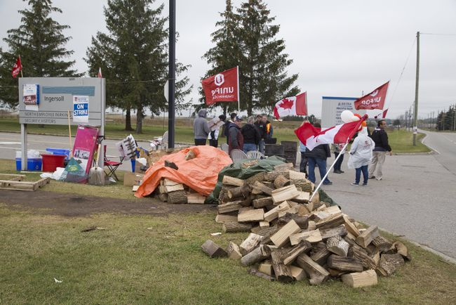 Striking workers of Cami Assembly picket the plant in Ingersoll, Ont. on Thursday October 12, 2017. Derek Ruttan/The London Free Press/Postmedia Network