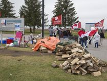 Striking workers of Cami Assembly picket the plant in Ingersoll, Ont. on Thursday October 12, 2017. (DEREK RUTTAN, The London Free Press)