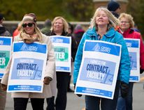 Jennifer Rishor, left, and Angela Pind, members of Ontario Public Service Employees Union (OPSEU) Local 352, picket at Fleming's Sutherland Campus during a faculty strike on Monday, October 16, 2017. JESSICA NYZNIK/Peterborough Examiner file photo