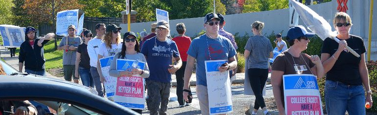 Fanshawe College faculty on the picket line at Fanshawe College. (MORRIS LAMONT, The London Free Press)