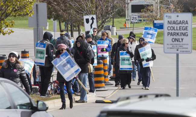 Faculty picket in front of the Niagara-On-the-Lake campus of Niagara College Monday Oct. 30, 2017. Bob Tymczyszyn/Postmedia News
