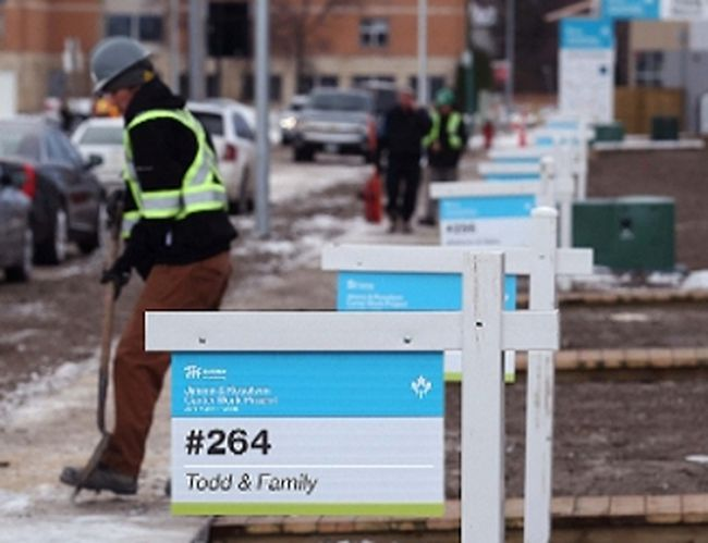 Work continued in front of Habitat for Humanity homes on Lyle Street in Winnipeg on Nov. 20, 2017. (KEVIN KING, Winnipeg Sun)
