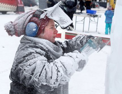 Lisa Martin, an artist with Iceculture in Hensall, works on an ice sculpture at the 2017 edition of Stratford Winterfest. The event returns this weekend. (Stratford Beacon Herald/Postmedia Network File Photo)
