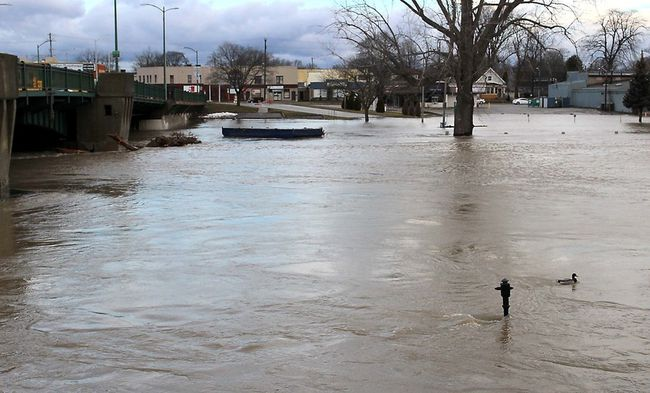 The level of the Thames River rose again overnight and the water is moving fast. This photo is taken at the Third Street Bridge in Chatham, Ont. on Sunday February 25, 2018. (Ellwood Shreve/Chatham Daily News/Postmedia Network)