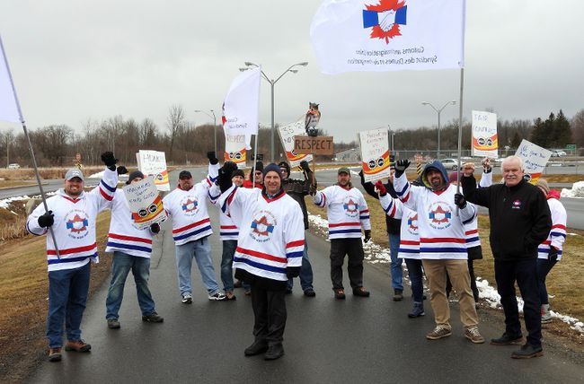 Canadian border service officers at Johnstown rally in support of their union's contract demands.(WAYNE LOWRIE/The Recorder and Times )