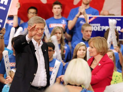 Prime Minister Stephen Harper waves to the crowd during a campaign stop in Winnipeg on Tuesday. (BRIAN DONOGH/WINNIPEG SUN)