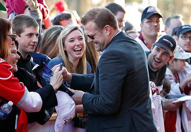 Boston Bruins goalie Tim Thomas signs autographs as he arrives for the NHL All-Star hockey skills competition in Raleigh, N.C., Jan. 29, 2011. (REUTERS/Ellen Ozier)