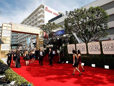 People arrive along the red carpet before the official start of the 68th annual Golden Globe Awards in Beverly Hills, California January 16, 2011. (REUTERS/Mario Anzuoni)