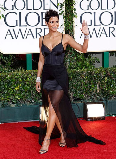 Actress Halle Berry arrives at the 68th annual Golden Globe Awards in Beverly Hills, California, January 16, 2011. REUTERS/Mario Anzuoni