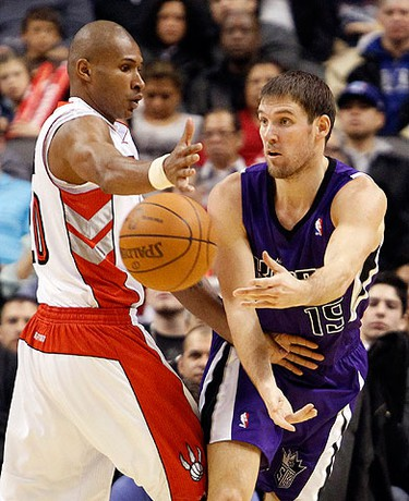 Sacramento Kings guard Beno Udrih passes the ball past Toronto Raptors defender Leandro Barbosa (L) during the first half of their NBA basketball game in Toronto on Jan. 9, 2011.  (REUTERS)
