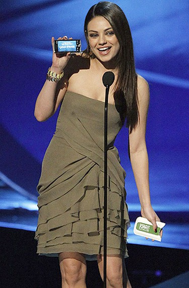 Actress Mila Kunis announces the winner of favorite talk show host at the 2011 People's Choice Awards in Los Angeles January 5, 2011. (Reuters)