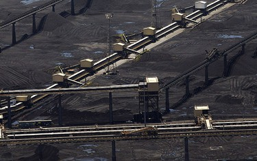 Depleting stocks are seen at the Gladstone coal port, as coal trains fail to arrive due to flooding in Queensland, Jan. 2, 2011.  REUTERS/Daniel Munoz