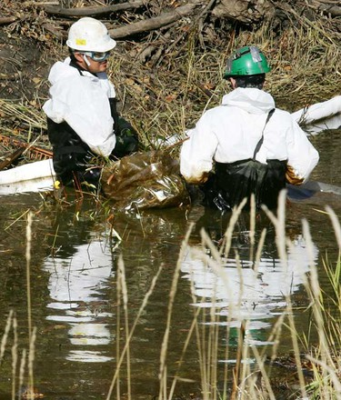 Oct.1: A clean up crew works on cleaning an oil spill that saw some oil ending-up in a creek that runs between two oil companies,  Gibson Petroleum Co Ltd at 10534 17 St., and Pembina Pipeline Corporation 10503 17 St., in Edmonton. The oil came from a spill at Gibson Petroleum property which totaled approximately 320 litres of crude oil.  (TOM BRAID/EDMONTON SUN)