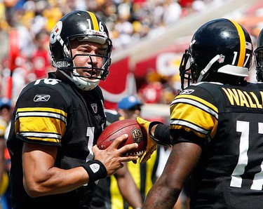 Pittsburgh Steelers quarterback Charlie Batch (L) is handed the ball by Pittsburgh Steelers wide receiver Mike Wallace (17) after they connected on a 46-yard pass for a touchdown during the first quarter of their NFL football game against the Tampa Bay Buccaneers in Tampa, Florida on Sept. 26, 2010. (REUTERS)