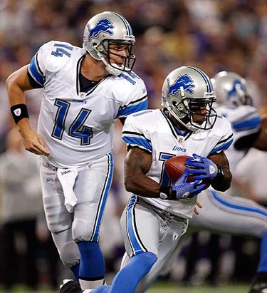 Detroit Lions quarterback Shaun Hill (L) hands the ball off to Lions receiver Stefan Logan (11) during the second quarter of their NFL football game against the Minnesota Vikings in Minneapolis on Sept. 26, 2010. (REUTERS)