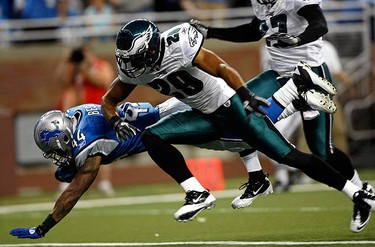 Detroit Lions running back Jahvid Best dives into the end zone for a touchdown against Philadelphia Eagles Nate Allen during the first quarter of their NFL home opening football game in Detroit, Michigan on Sept. 19, 2010. (REUTERS)