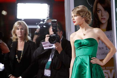"""Music recording artist Taylor Swift poses at the premiere of """"Easy A"""" at the Grauman's Chinese theatre in Hollywood, California on Sept. 13, 2010. (REUTERS)"""