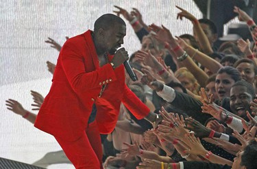 Kanye West reaches into the crowd as he performs at the 2010 MTV Video Music Awards in Los Angeles, California, September 12, 2010.           REUTERS/Mike Blake