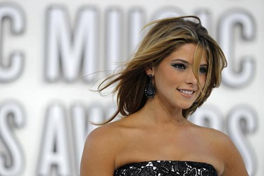 Actress Ashley Greene arrives at the 2010 MTV Video Music Awards in Los Angeles, California, September 12, 2010.   REUTERS/Lucy Nicholson