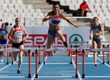 Natalya Antyukh (C) of Russia competes against Fabienne Kohlmann of Germany in the women's 400 metres hurdles qualifications at the European Athletics Championships in Barcelona July 27, 2010.          (REUTERS)