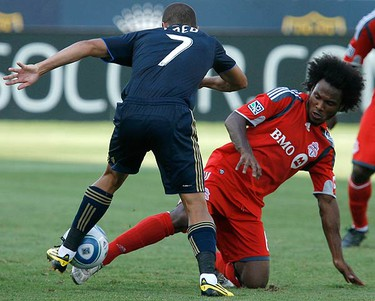 Toronto FC midfielder Julian de Guzman battles for the ball with Philadelphia Union midfielder Fred (L) during the first half of their MLS soccer match in Chester, Pennsylvania, July 17, 2010. (REUTERS)