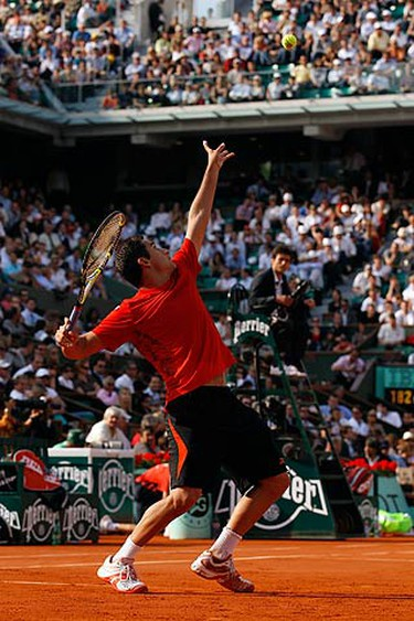 Nicolas Almagro of Spain serves to his compatriot Rafael Nadal during the French Open tennis tournament at Roland Garros in Paris June 2, 2010. (REUTERS)