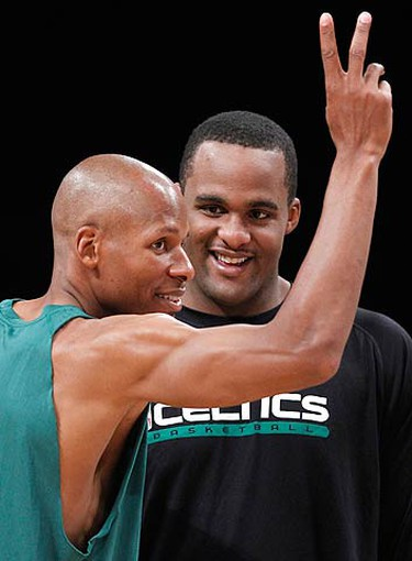 Boston Celtics' Ray Allen (L) jokes with Glen Davis during practice for Game 7 of the 2010 NBA Finals basketball series against the Los Angeles Lakers in Los Angeles, California, June 16, 2010. (REUTERS)