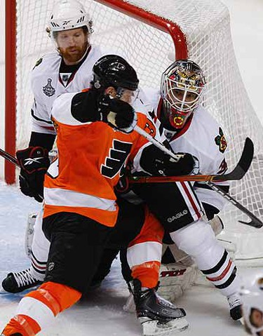 Jeff Carter plows into Antti Niemi during 3rd period Game 3 of Stanley Cup Final between Chicago Blackhawks and Philadelphia Flyers. (Alex Urosevic/QMI Agency)