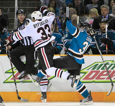 Chicago Blackhawks Dustin Byfuglien (L) collides with San Jose Sharks Logan Couture (R) during Game 1 of the NHL Western Conference finals in San Jose, California May 16, 2010.  (REUTERS)
