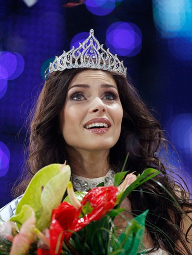 Twenty-two year old Lyudmila Yakimovich reacts during the awards ceremony after she won the Miss Belarus Beauty Contest 2010 in Minsk, April 30, 2010.  (REUTERS)