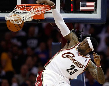 Cleveland Cavaliers LeBron James dunks during the second quarter of Game 1 of their NBA Eastern Conference playoff series against the Chicago Bulls in Cleveland on April 17, 2010. (REUTERS)