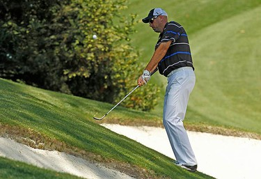 Stewart Cink of the U.S. chips to the 10th green during second round play in the 2010 Masters golf tournament at the Augusta National Golf Club in Augusta, Georgia, on April 9, 2010. (REUTERS)