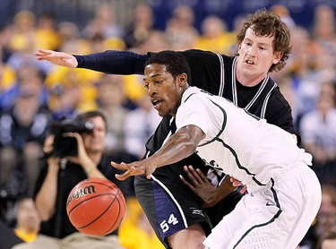 Michigan State guard Durrell Summers (in white) drives around Butler forward Matt Howard during the first half of their NCAA Final Four semifinal college basketball game in Indianapolis, Indiana on April 3, 2010. (REUTERS)