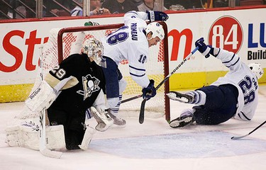Toronto Maple Leafs Colton Orr (28) and Wayne Primeau (18) hit the net next to Pittsburgh Penguins goalie Marc-Andre Fleury (29) after Orr scored in the first period of their NHL hockey game in Pittsburgh, Pennsylvania, on March 28, 2010. (REUTERS)