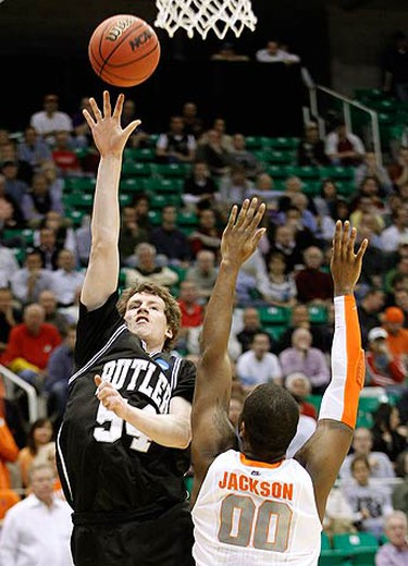 Butler forward Matt Howard (L) shoots over Syracuse forward Rick Jackson in the first half of their NCAA West Regional college basketball game in Salt Lake City, Utah on March 25, 2010. (REUTERS)