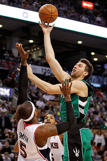 Toronto Raptors Andrea Bargnani shoots over Atlanta Hawks Josh Smith (L) during the first half of their NBA basketball game in Toronto on March 17, 2010.  (REUTERS)