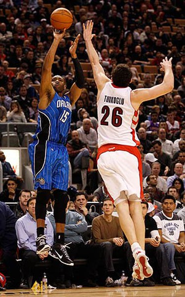 Orlando Magic Vince Carter puts up a shot over Toronto Raptors Hedo Turkoglu (R) during the second half of their NBA basketball game in Toronto, on Nov. 22, 2009.   (REUTERS)