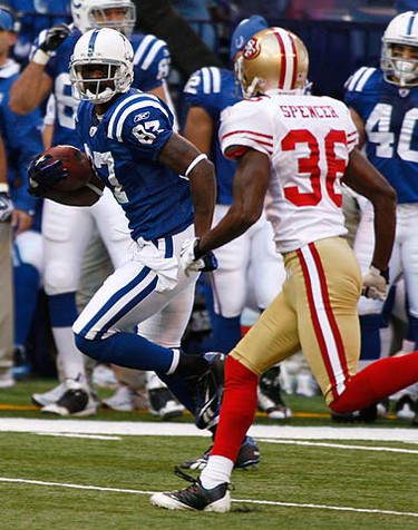 Indianapolis Colts wide receiver Reggie Wayne (L) outruns San Francisco 49ers defensive back Shawntae Spencer during their NFL game in Indianapolis on Nov. 1, 2009. (REUTERS)