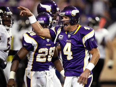 Minnesota Vikings quarterback Brett Favre (4) directs his team into a hurry-up, no huddle play during the first quarter of their National Football League game against the Baltimore Ravens at the Metrodome in Minneapolis on Oct. 18, 2009. (REUTERS)