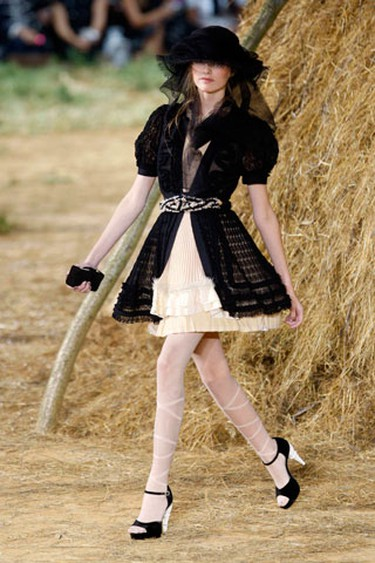 A model presents a creation by German designer Karl Lagerfeld as part of his Spring/Summer 2010 women's collection for French fashion house Chanel during Paris Fashion Week October 6, 2009.  (REUTERS)